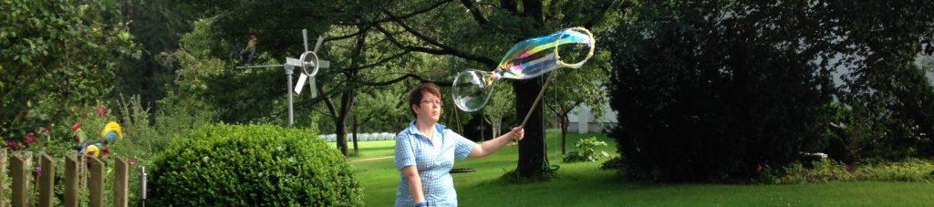 Agnes Zohner produziert Seifenblasen