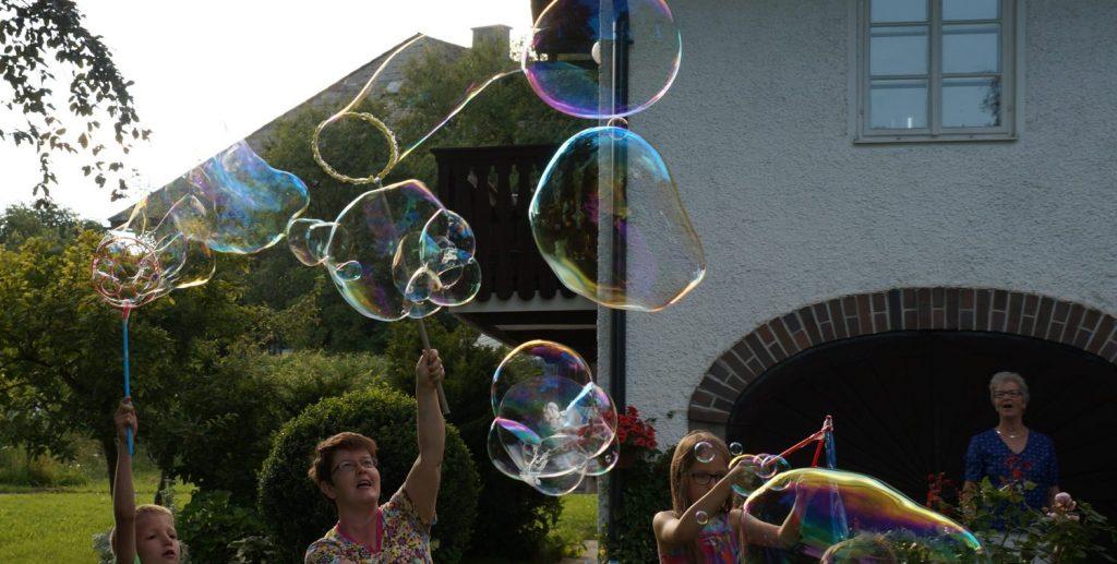 Riesenseifenblasen von Agnes Zohner